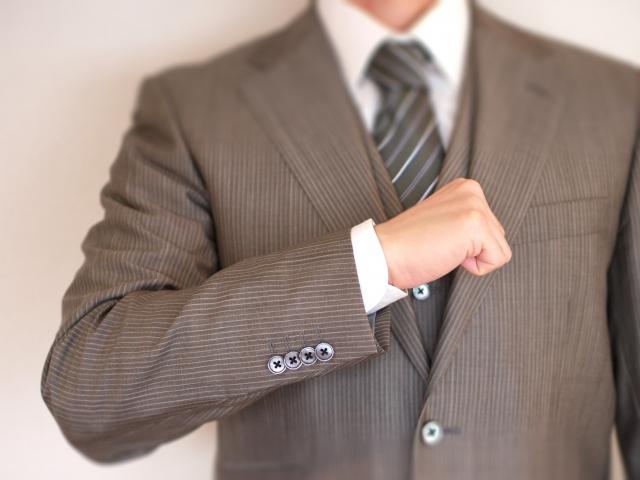 勤務中のキャッシャーの服装や髪型は自由?